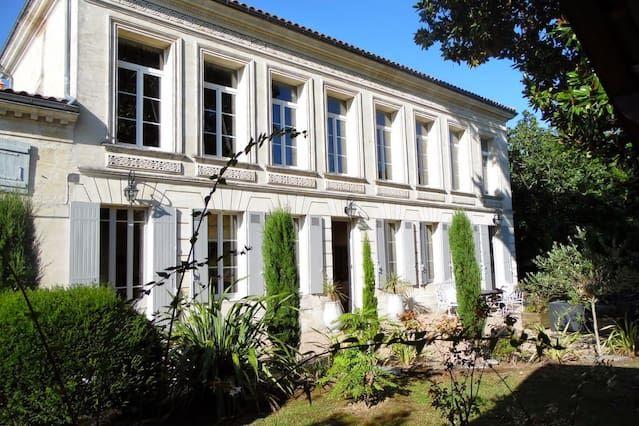 Villa histórica en hermosos jardines que dan al sur