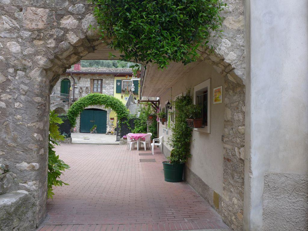 L'appartamento Elena, confortevole e tranquillo, è situato in un antico borgo.
