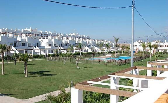 Apartamento zona ajardinada, piscina y campo golf