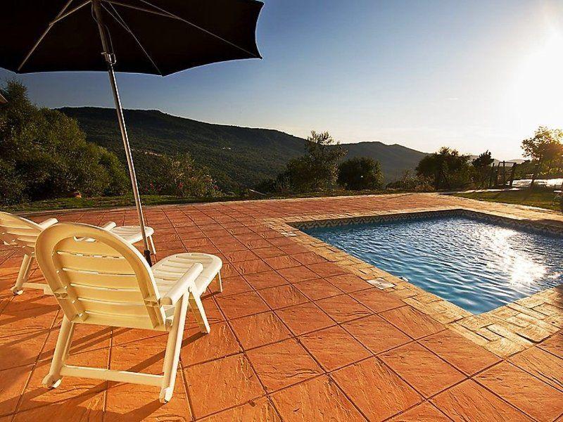 Hogareña vivienda con piscina
