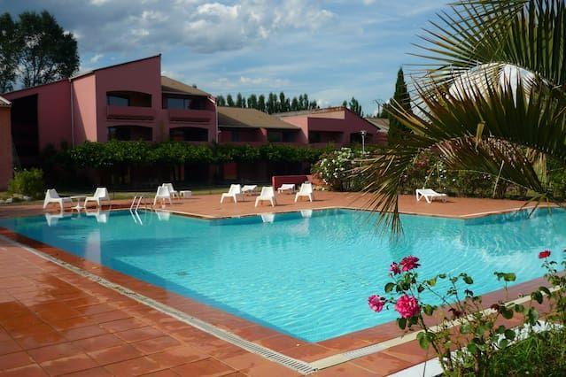 Hébergement de 2 chambres avec piscine