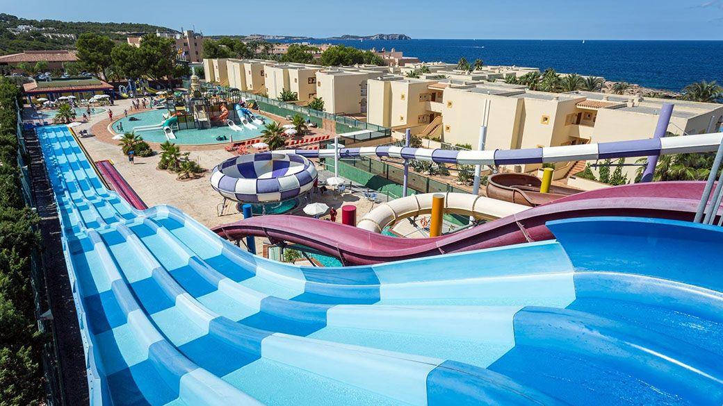 Vista panorámica del parque acuático del Sirenis Seaview en Ibiza