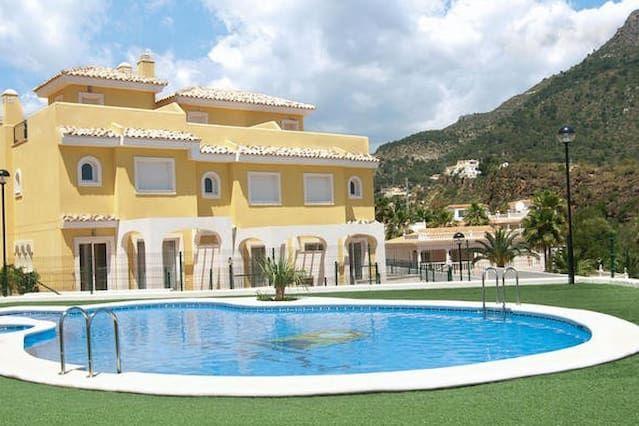 Residencial Montesol con fantásticas vistas al mar y del Peñon de Ifach.