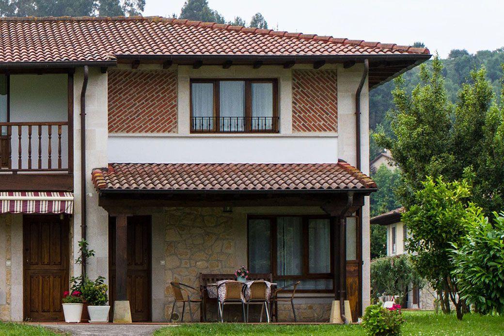 Fachada rústica del hotel rural Andrín de la Torre en Asturias