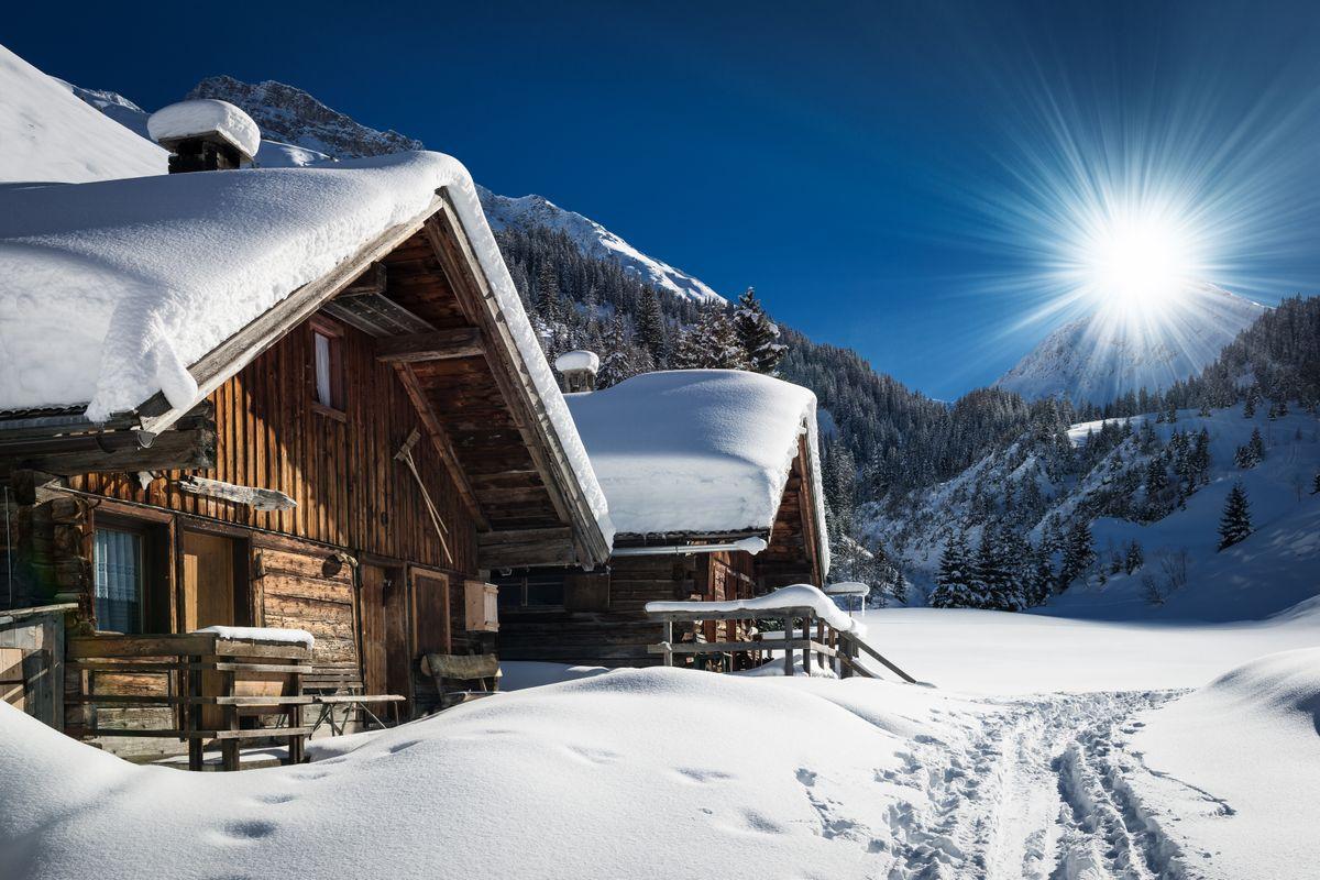 Chalet enneigé à la montagne