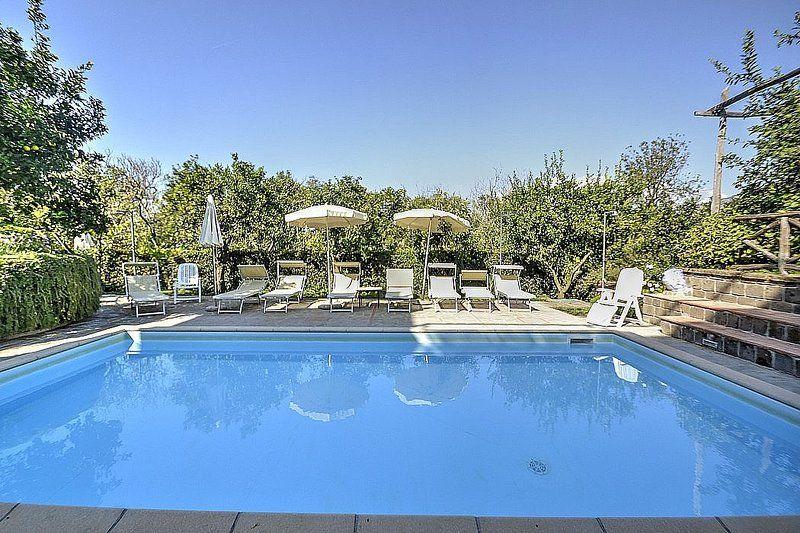 Provista residencia con piscina