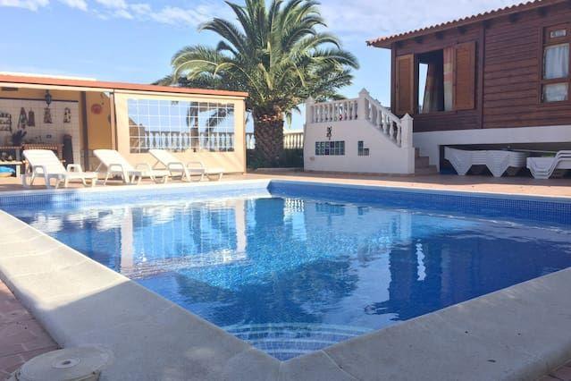 Casa con piscina. Vista mar-montaña