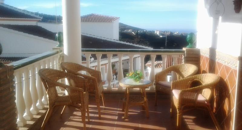 Apartamento con wifi y tv satélite situado a 50 metros de piscina climatizada.