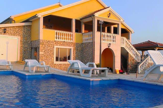 Alojamiento de 400 m² con piscina