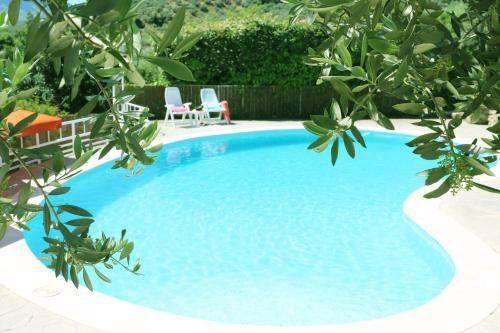 Residencia panorámica con piscina