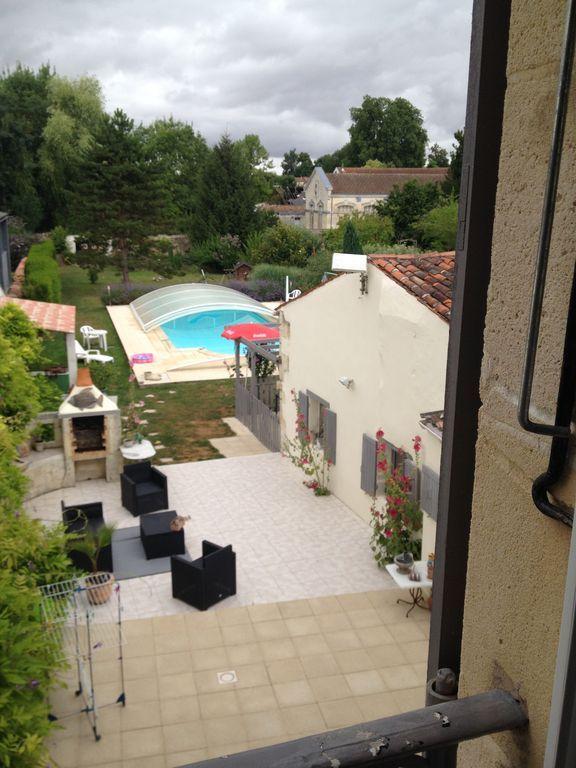 encantadora casa unifamiliar en una propiedad con piscina