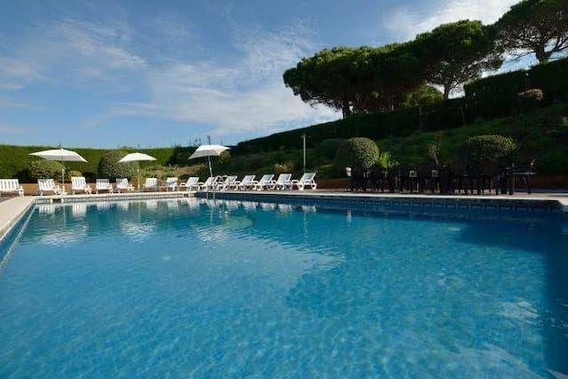 Villa en zona alto standing con gran piscina y vistas al mar cerca de Barcelona