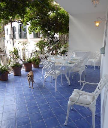 Casa Gennaro es un agradable y espacioso apartamento situado a poca distancia de la playa, para seis personas. Casa Gennaro es de unos 120 metros cuadrados, y tiene una terraza privada, aire acondicionado, calefacción y conexión a Internet WI-FI.