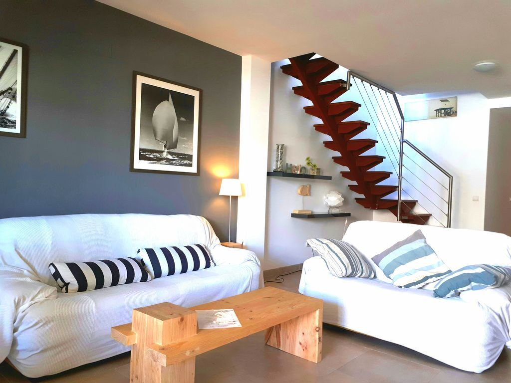 Design penthouse: sun-terrace, wifi, satelite-tv, aircond. 60 mt. from the bea