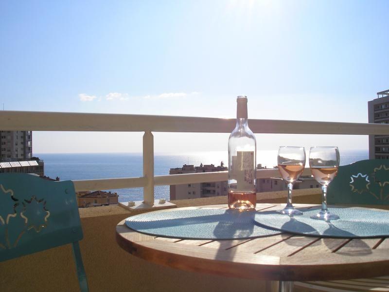 Monte-Carlo Supérieur, superbe 2 chambres à coucher avec vue panoramique sur la mer tout au long de