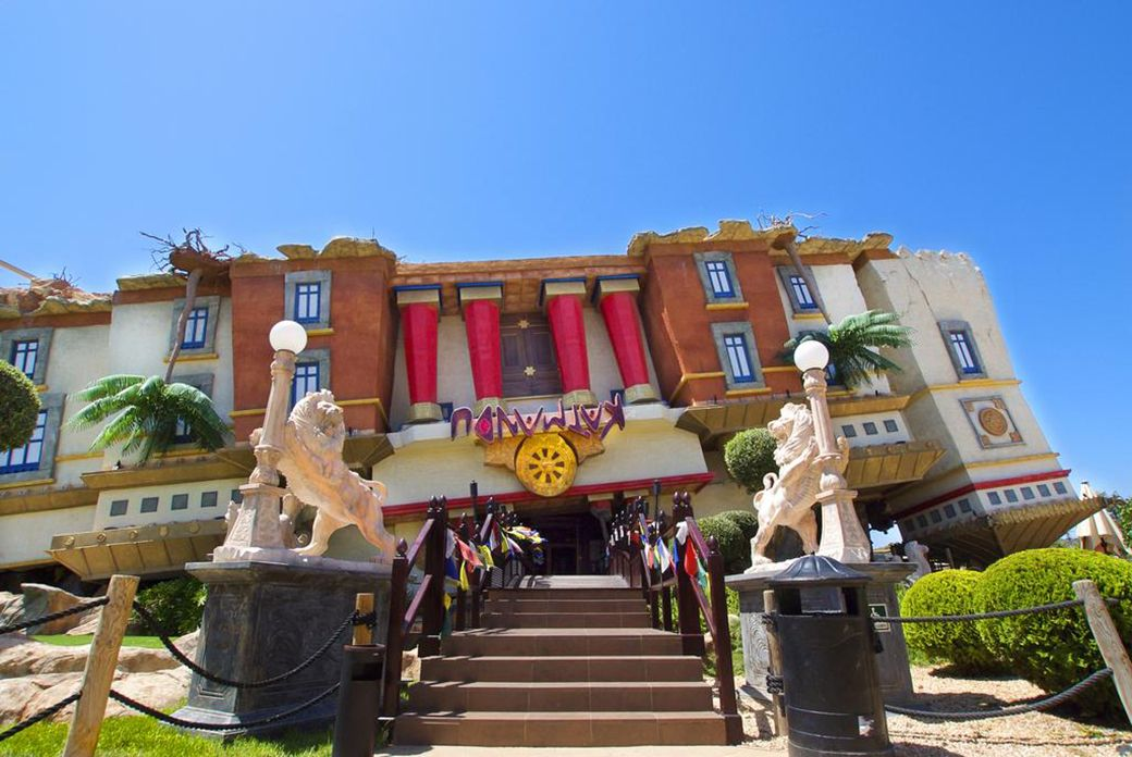 Entrada del hotel tematizado del Katmandú Park