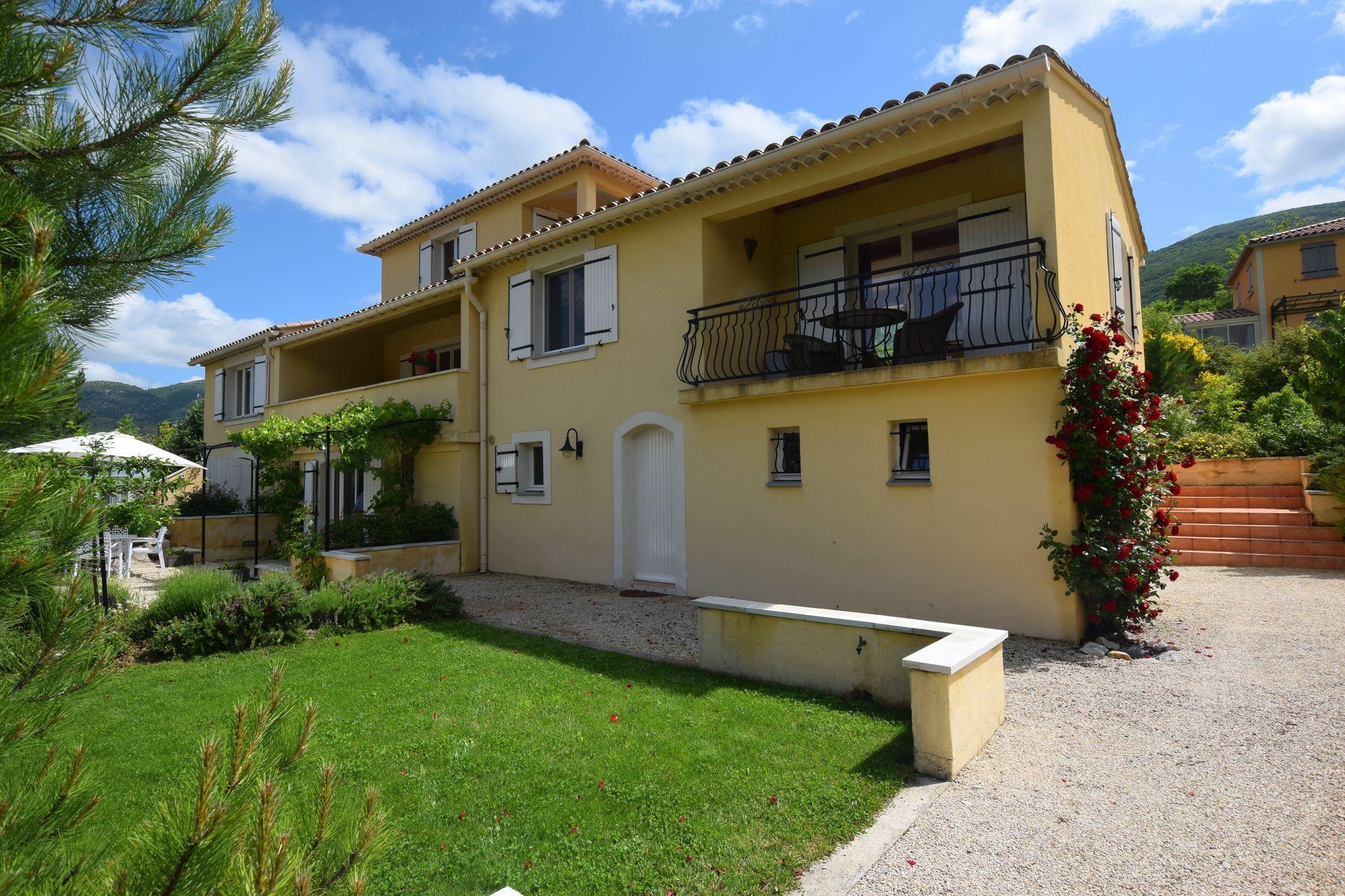 Alojamiento con balcón en Montbrun-les-bains
