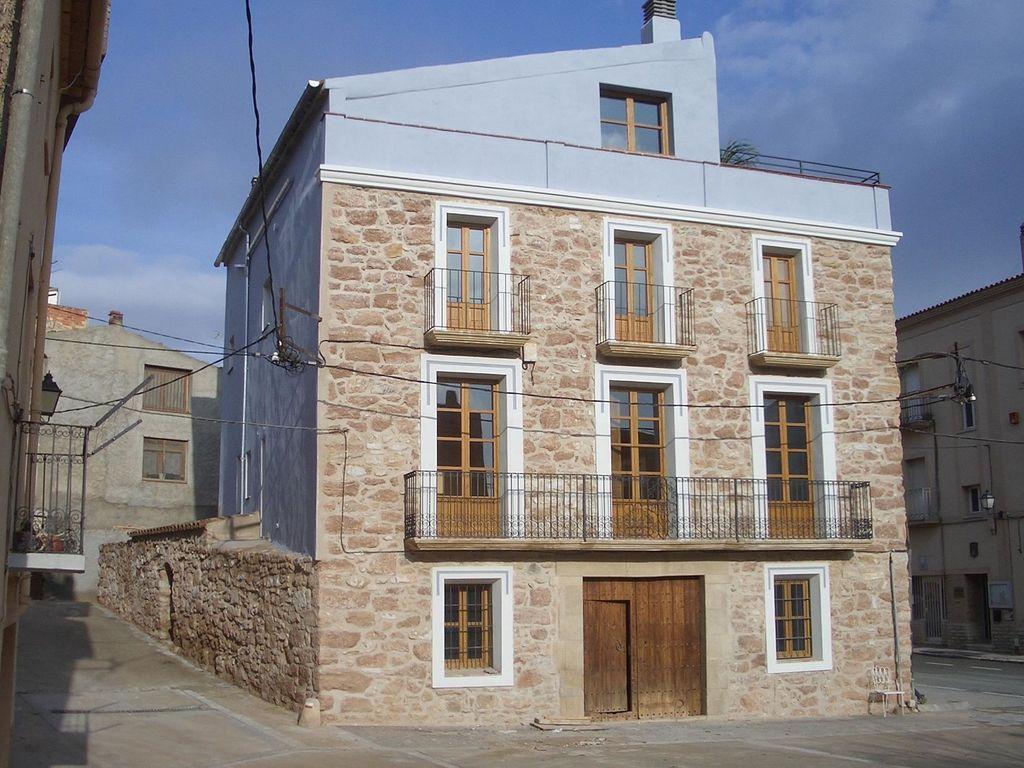 Casa rural independiente en la plaza del pueblo de Pira