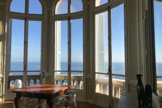 Riviera Palace, bâtiment historique avec vue sur la mer, surplombant Monte Carlo.