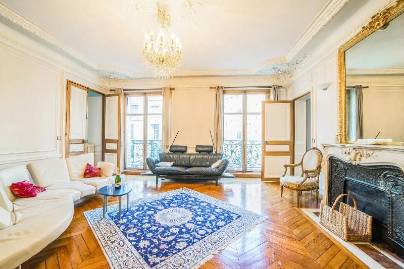 5 ROOMS 3 or 4 bedrooms 4 bathrooms CHAMPS ELYSEES