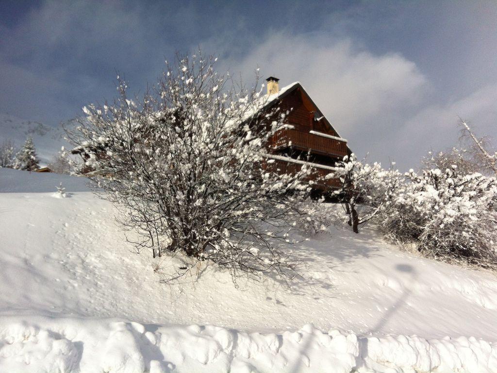 La comodidad de una cabaña de madera en las montañas