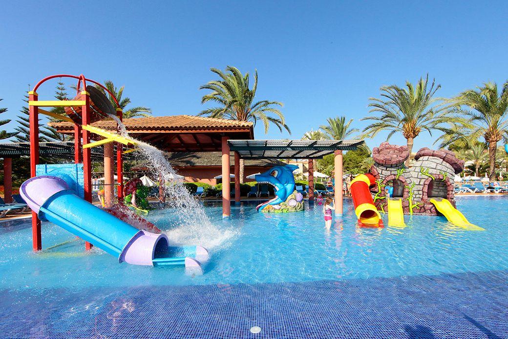 Toboganes y piscina del Hotel Zafiro