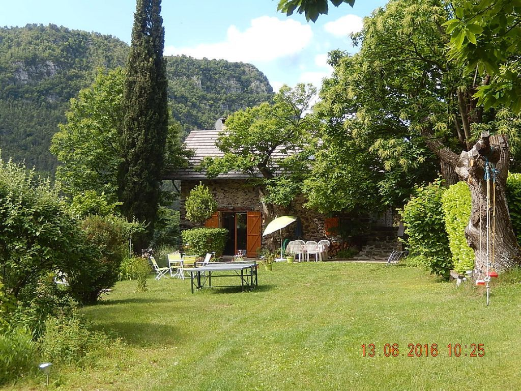 Residencia provista con jardín