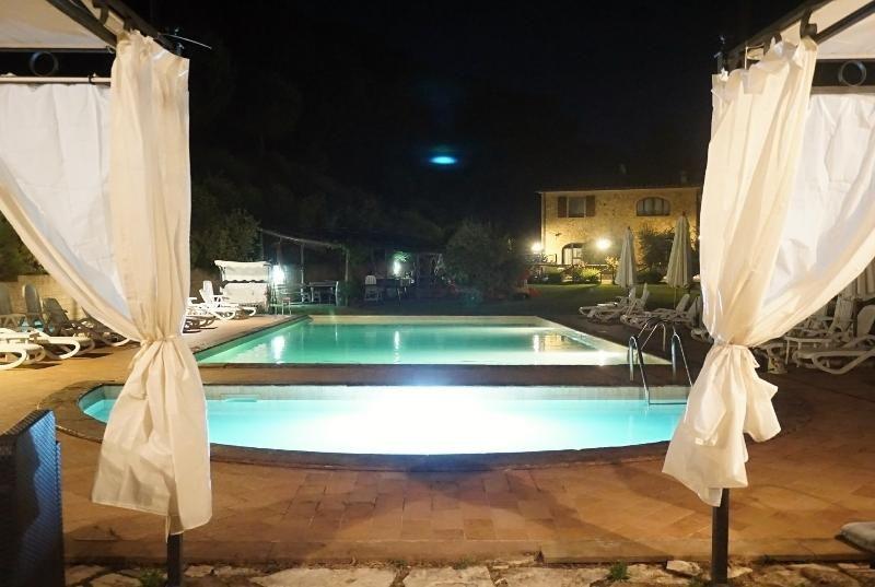 Apartamento de 2 + 2 colinas toscanas, con jardín y piscina; cerca del mar