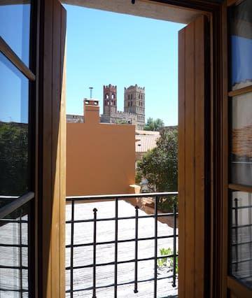 en el tranquilo pueblo y brillante catalán