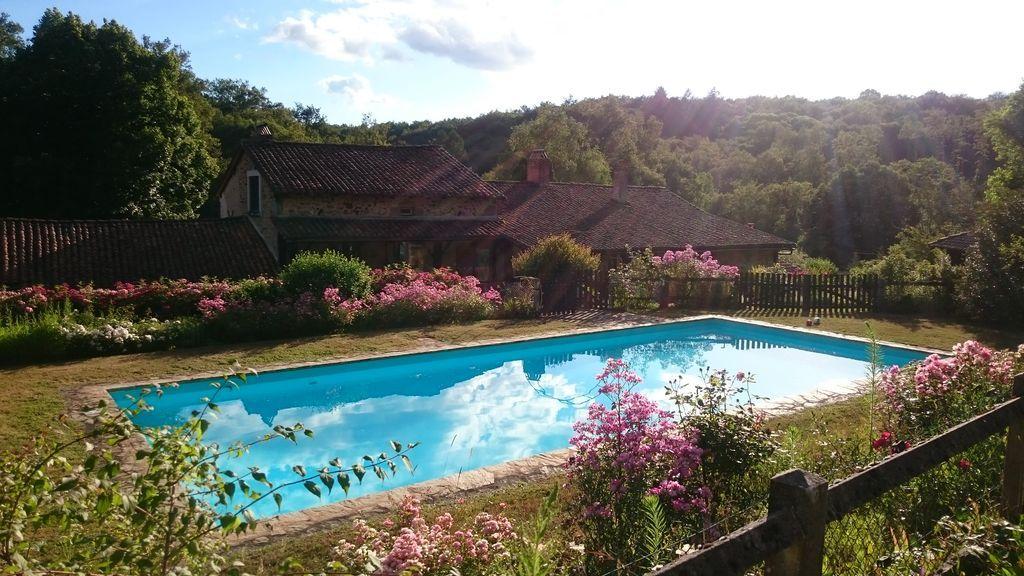 Residencia provista con piscina