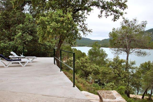 Casa de campo con una gran terraza con vistas al lago en las montañas de Aragón
