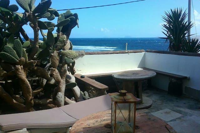 Apartamento ZICHELL en Caleta de Caballo para 3 personas con vistas al mar, vistas de los volcanes, WIFI en el ir y menos de 100 metros del mar