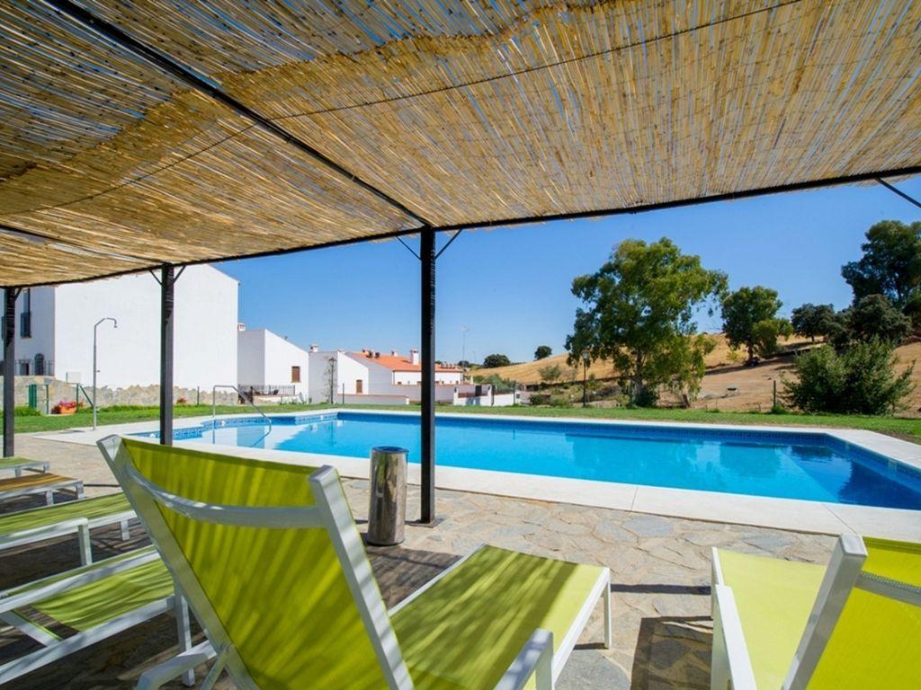 Amplia casa de 4 dormitorios en Venta del Charco, España, con terraza amueblada, spa y piscina!