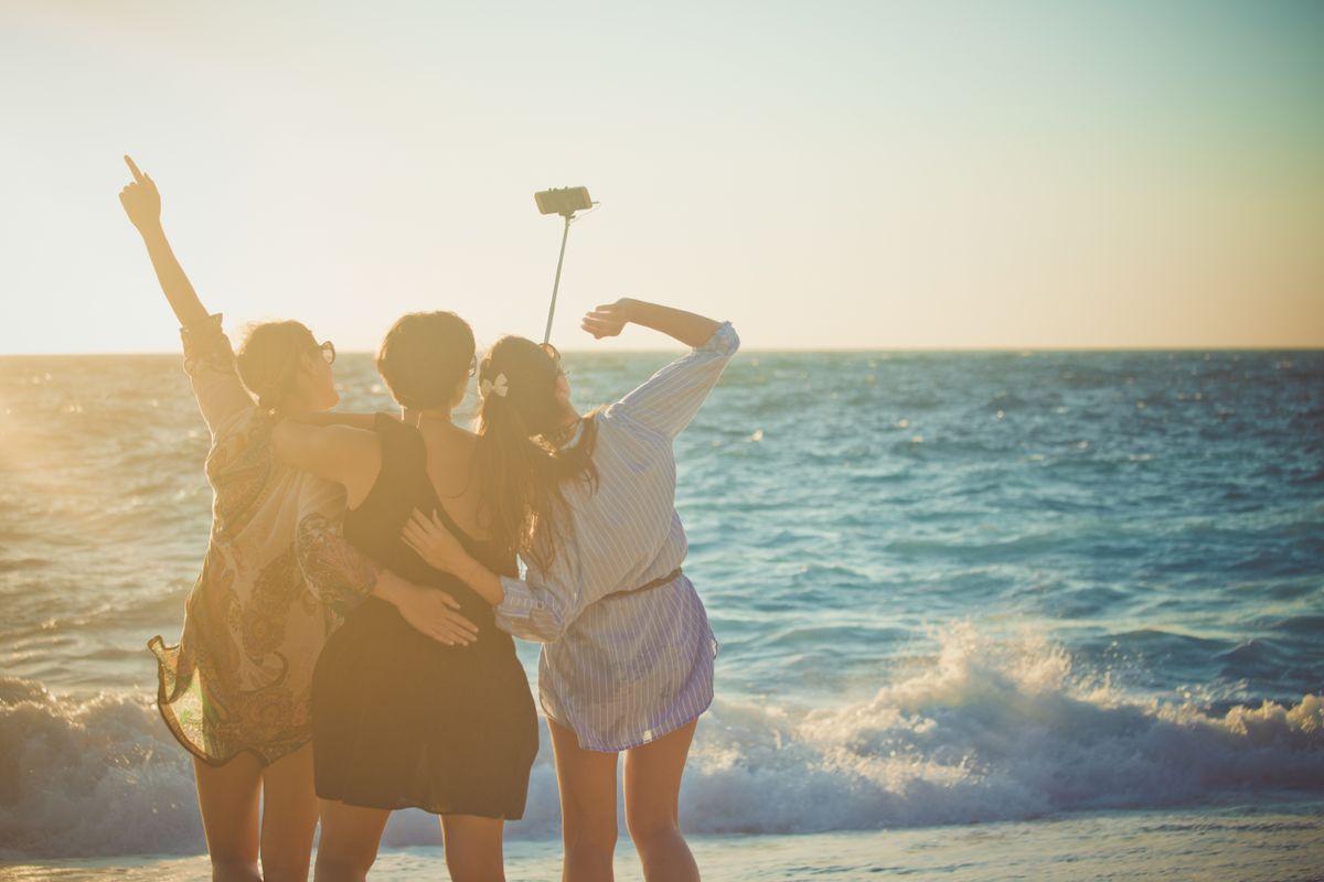selfie avec des amis sur la plage