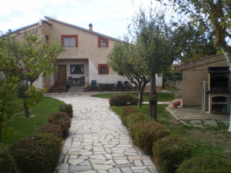 Una gran casa con un amplio jardín con mas de 30 árboles de distintos tipos