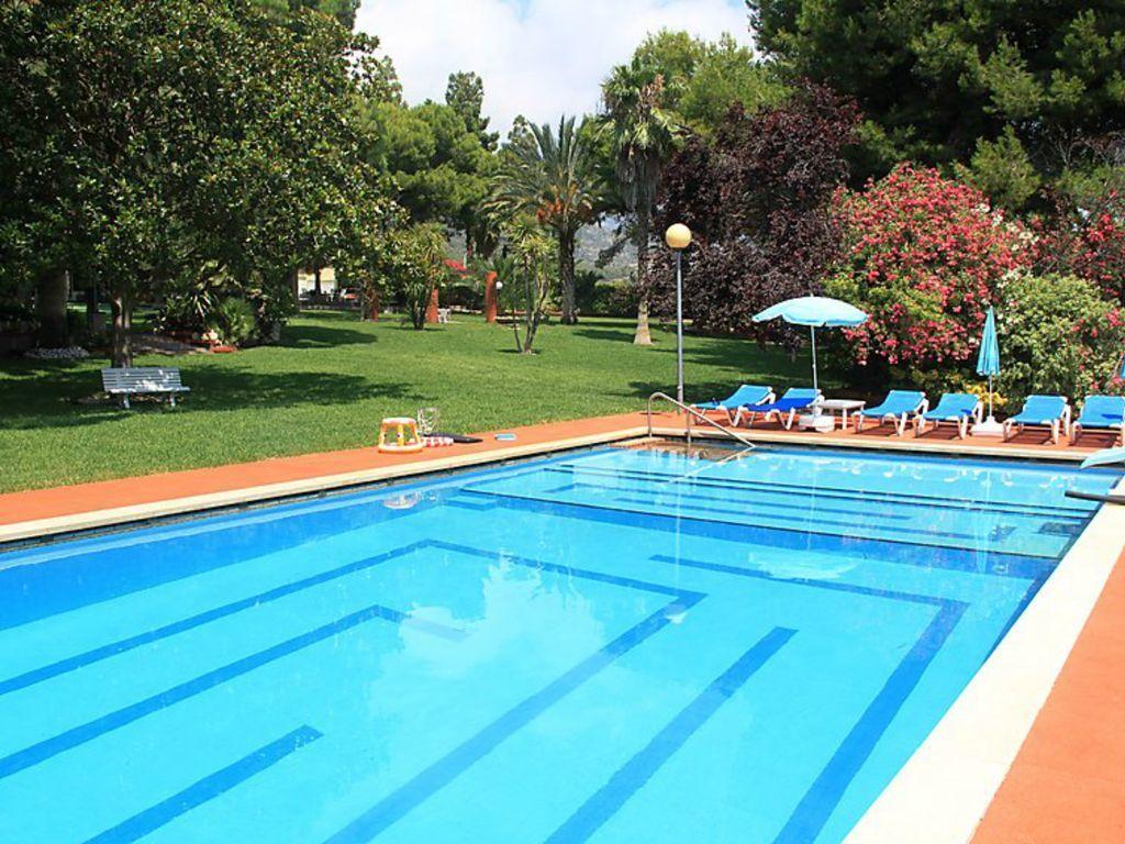 Vivienda con piscina de 9 habitaciones