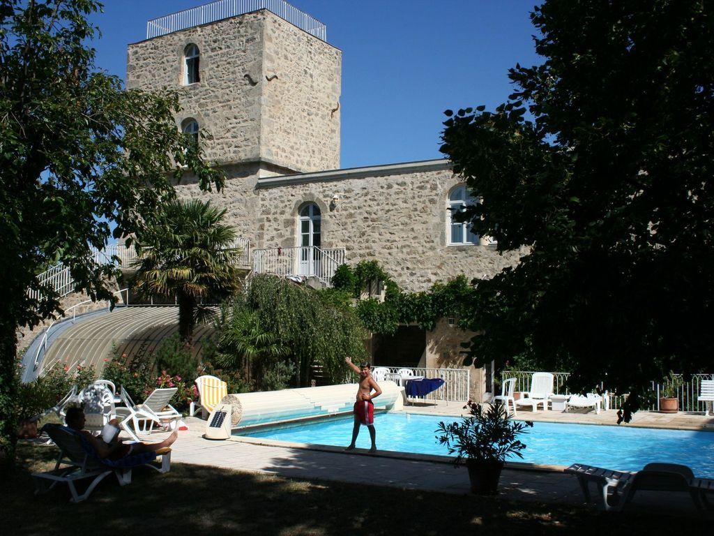 Apartamentos en precioso castillo con jardín y piscina privados, junto a campo de golf