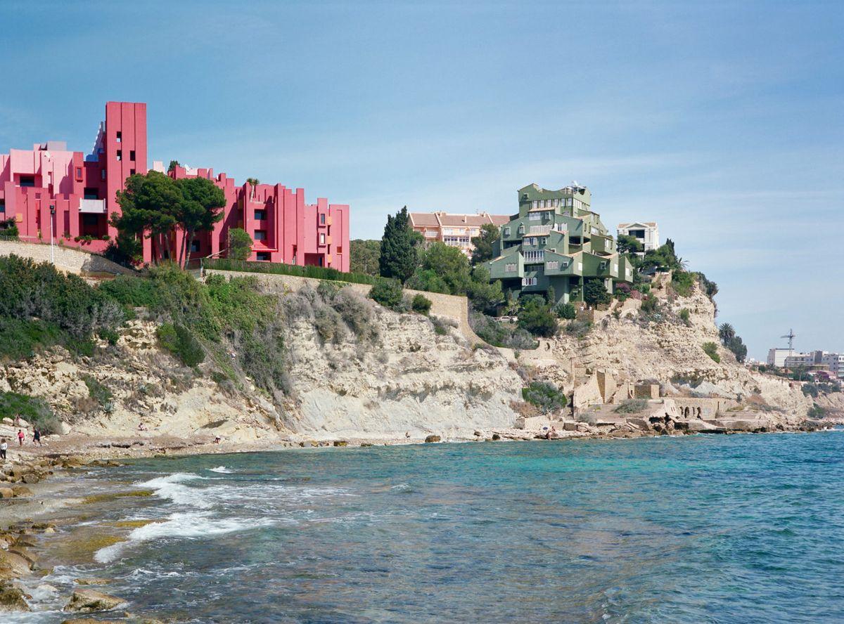 Casa frente a la playa, muralla roja
