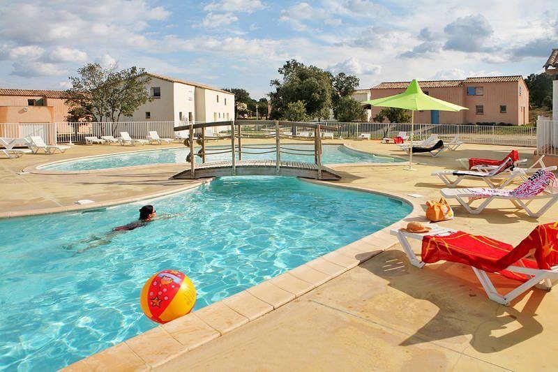 Popular residencia con piscina