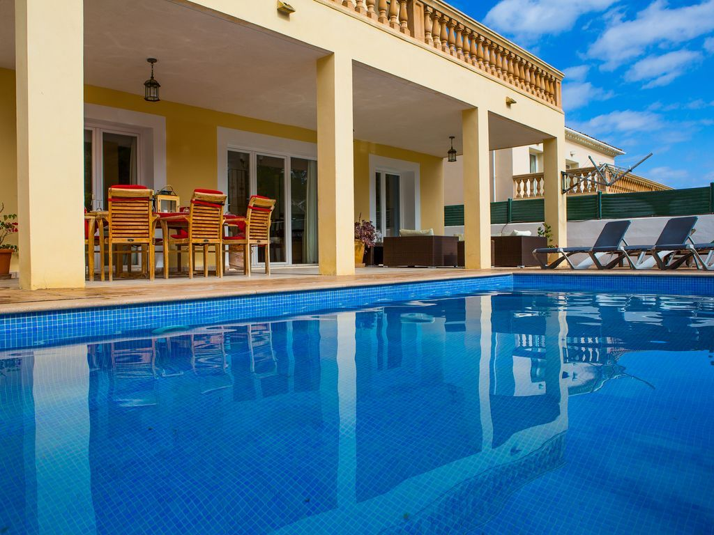 Villa familiar grande, con piscina privada, Wi-Fi, Sólo yardas de la playa