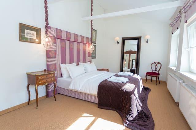 Luxury three-Bedroom House - Town Hall sq.