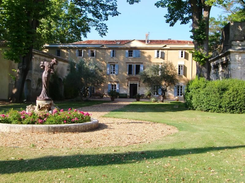 18th century chateau and wine domain B&B + gîtes