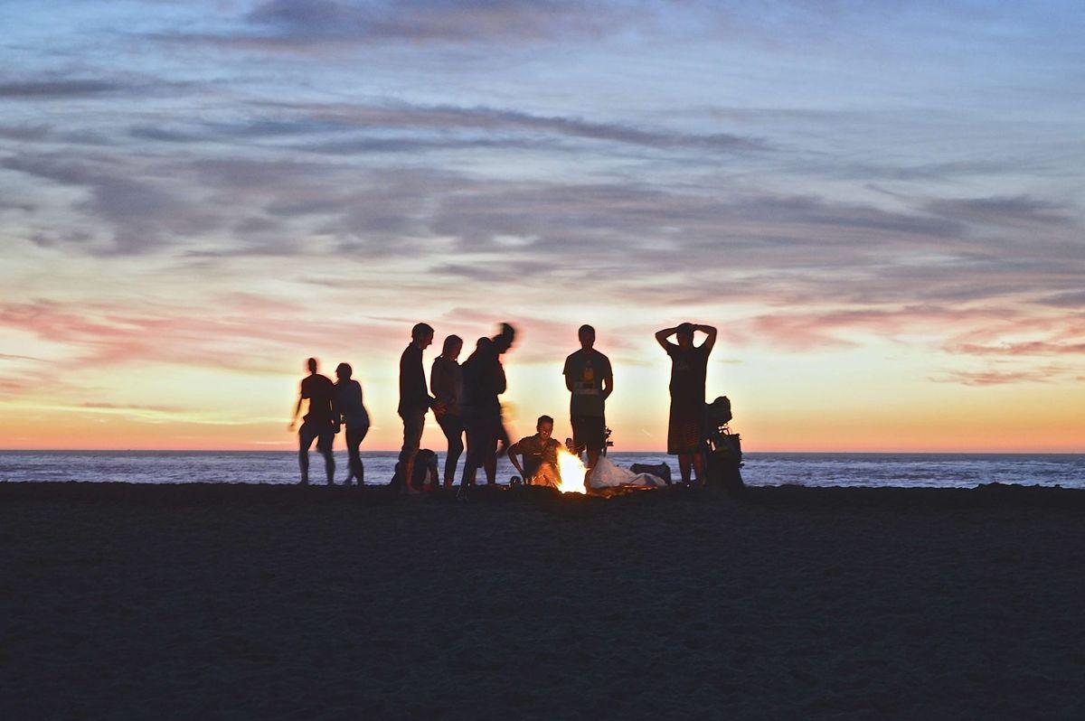 amis sur la plage de majorque