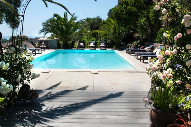 Mini 250m villas de una playa de arena en una residencia con piscina