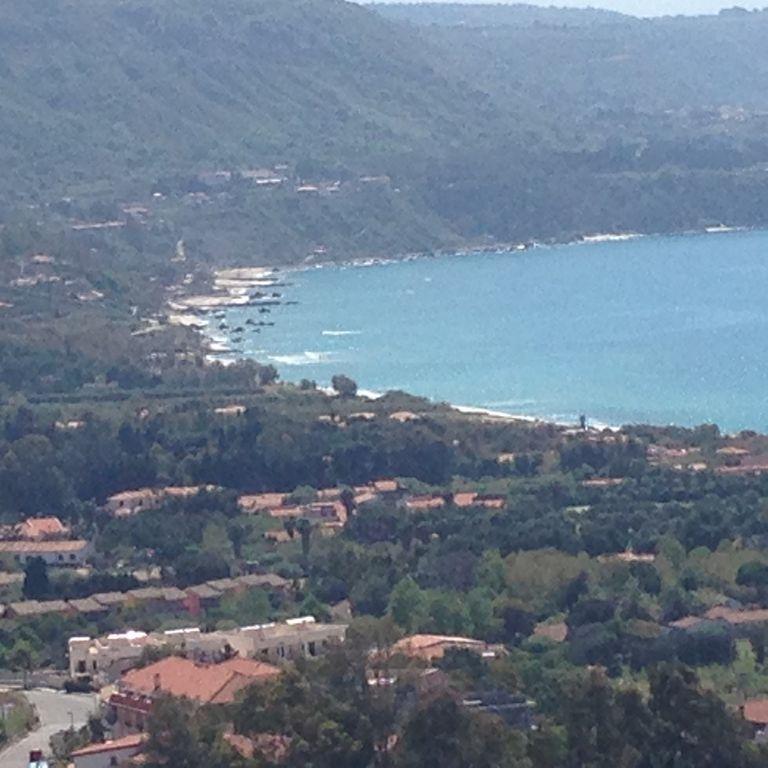 Mar de Calabria, colinas y asentamientos de roca para visitar, sabores antiguos