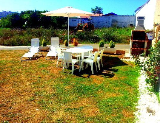Casa provista con jardín