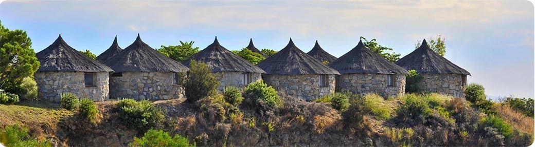 Vista panorámica de las cabañas del Hotel Selwo Lodge