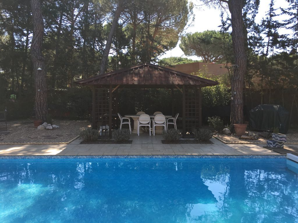 CHALET decorado en detalle y con piscina privada de 9x5m