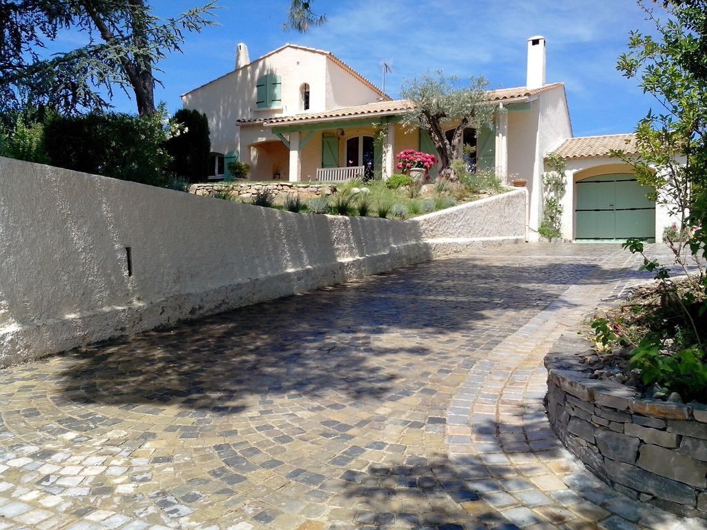 Equipada residencia con jardín