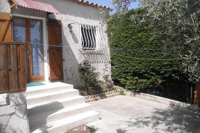 Villa apartamento de 42 m2, situado cerca de Cassis / Arroyos